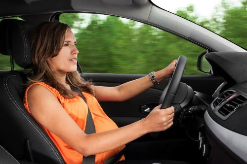 embarazada conduciendo